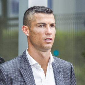 Cristiano Ronaldo klädd i kostym.