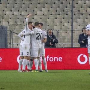 Estlands fotbollslandslag firar segermålet mot Grekland.