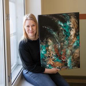 Sanna Heikkinen palkittiin taidemaalari Asta Vehviläisen maalauksella