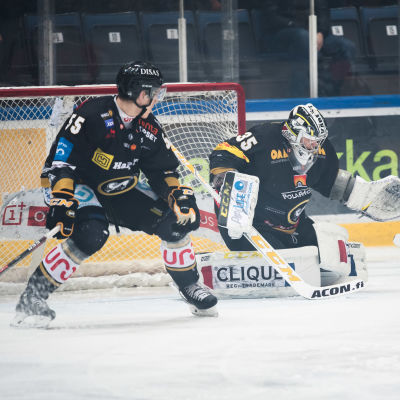 Veini Vehviläinen och Atte Ohtamaa framför kassen