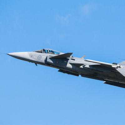 Jas Gripen -hävittäjä ilmassa.