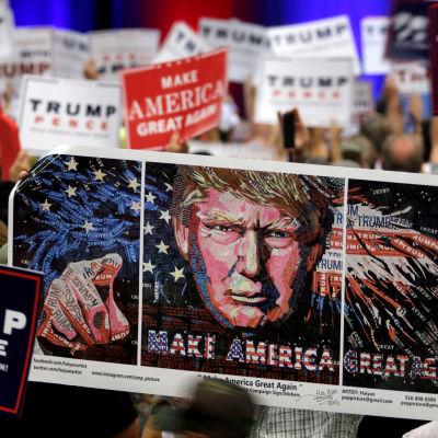 Banderoller till stöd för Donald Trump under ett valmöte i Florida 13.10.2016