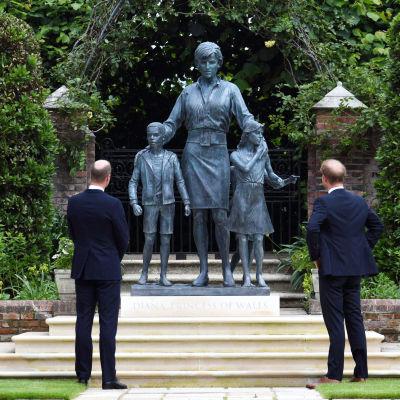 William ja Harry katsovat Dianasta tehtyä näköispatsasta.