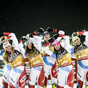 Schweiz alpina landslag firar segern i lagtävlingen i VM i Åre 2019.