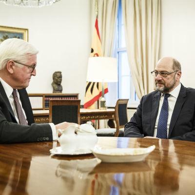 Tysklands president Frank-Walter Steinmeier diskuterade med SPD:S ordförande Martin Schulz den 23 november 2017.