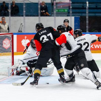Nicklas Lasu spelar ishockey.