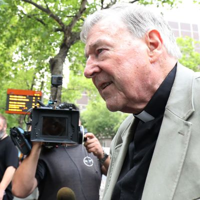 Kardinal George Pell utanför domstolen i Melbourne tisdagen 26.2.