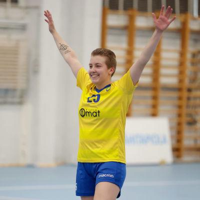 Jessi Laasio har armarna upp i luften.