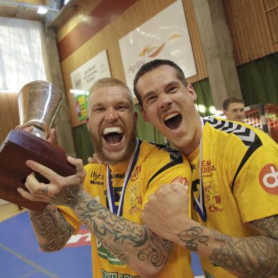 Teemu Tamminen och Nico Rönnberg firar Cocks FM-guld våren 2018.