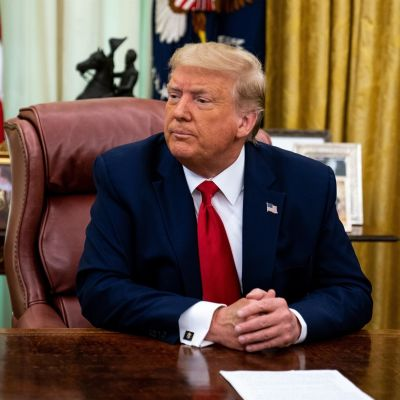 Trump istuu pöydän takana.