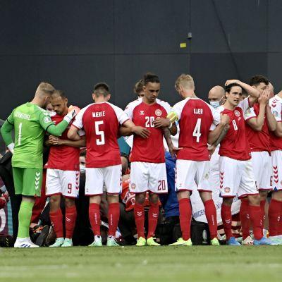 Danska spelare täcker Christian Eriksen, som får livräddning.