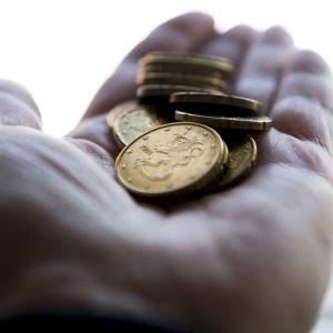Euromynt i en öppen handflata.