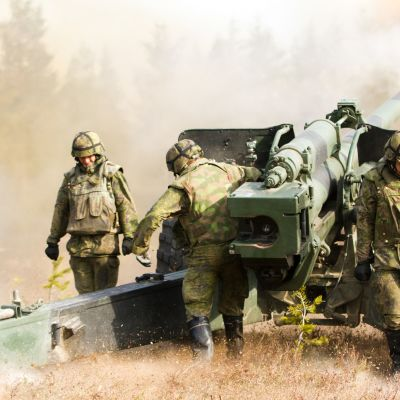 Sotilaat laukaisevat tykin Rovajärven harjoitusalueella.