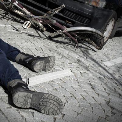 Lavastettu pyöräonnettomuus.