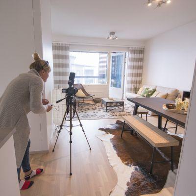 Nainen kuvaa myytävää asuntoa.