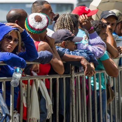 """Venezuelalaiset jonottavat saadakseen todistuksen """"kotimaasta"""" Caracasissa 20. tammikuuta 2017. Todistuksen avulla voi saada valtion tukea."""