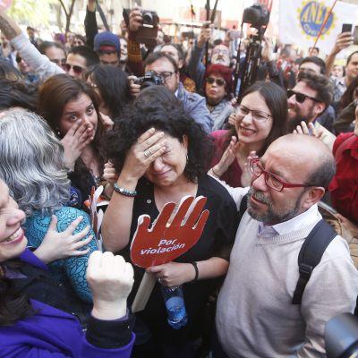 Abortförespråkare firar efter att Chiles grundlagsdomstol bestämde att luckra upp abortlagarna
