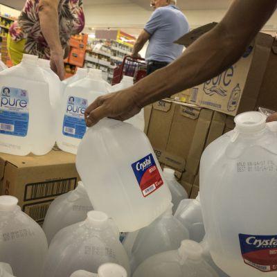 Invånare i Miami lagrar förnödenheter inför den nalkande orkanen Irma.