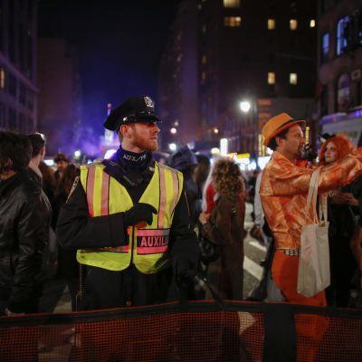 Polis övervakar Halloween-paraden på Manhattan bara timmarna efter det misstänkta terrordådet.