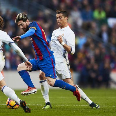 Lionel Messi, Cristiano Ronaldo ja Luka Modric taistelevat pallosta.