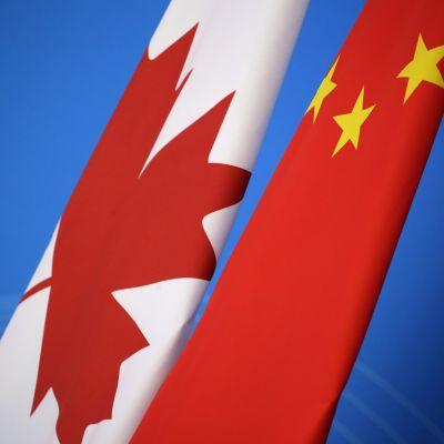 Kinas och Kanadas flaggor.