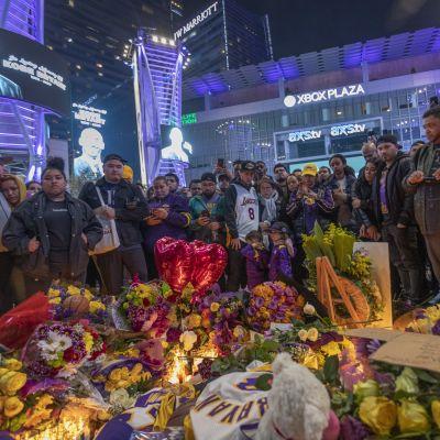 Kyyneleet virtasivat suurella muistoalueella Los Angelesissa Bryantin kunniaksi