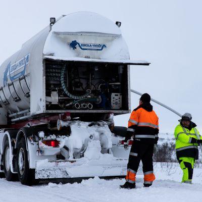 Nuorgamin vedenottamon kaivoa täytettiin säiliöautolla tuodulla vedellä.