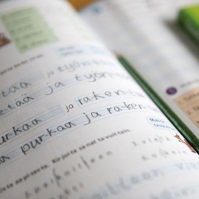 äidinkielen kirja avoinna