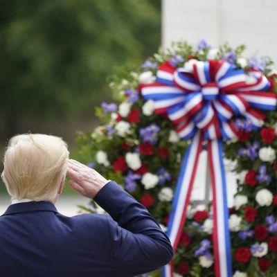 Trump Arlingtonin hautausmaalla, tuntemattoman sotilaan hauta