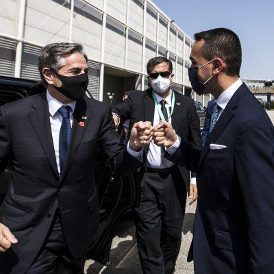 Yhdysvaltain ulkoministeri Antony Blinken (vas.) ja Italian ulkoministeri Luigi Di Maio kohtasivat Isisin vastaisen koalition kokoontumisessa Roomassa.