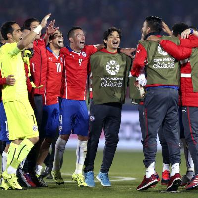 Chiles herrlandslag i fotboll firar avancemang till final i Copa America 2015.