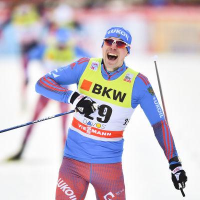 Sergej Ustiugov firar segern i Davos, december 2016.
