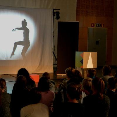 Projektet Kul på svenska ger teaterföreställningar åt finskspråkiga lågstadieelever.