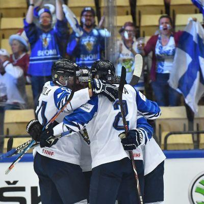 Finland jublar över ett mål mot Lettland i ishockey-VM 2018.