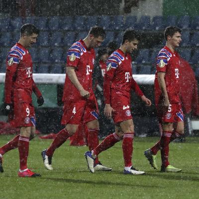 Spelare deppar efter en förlust i tyska cupen.