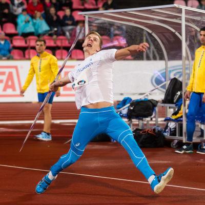 Oliver Helander kastar under Sverigekampen 2018.