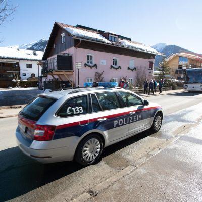 Polisbil under dopningsrazzian i Seefeld.