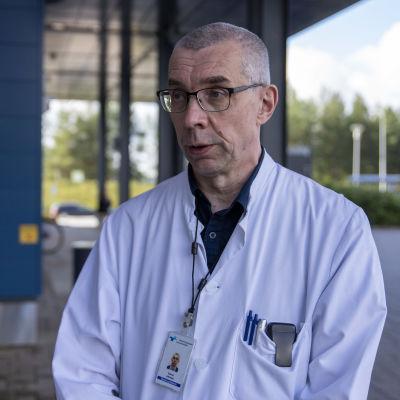 Raimo Jokisalo sairaalan edessä