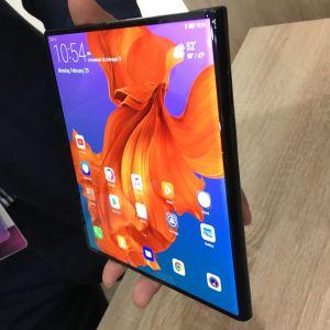 Käsi pitelee auki taitettavaa Huawei Mate X -puhelinmallia
