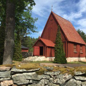 Kuvassa pienehkö punainen puukirkko, Sottungan kirkko. Sijaitsee Sottungan kunnassa Ahvenanmaalla. Se on pyhitetty Maria Magdalenalle.