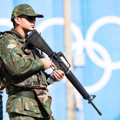 Sotilas vartioimassa Copacabanalla torstaina 4.8.