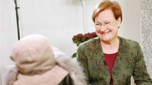 Ransu Karvakuono haastattelee tasavallan presidentti Tarja Halosta presidentin virka-asunnossa Mäntyniemessä lokakuussa 2004.