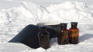 Provflaskor i snö.