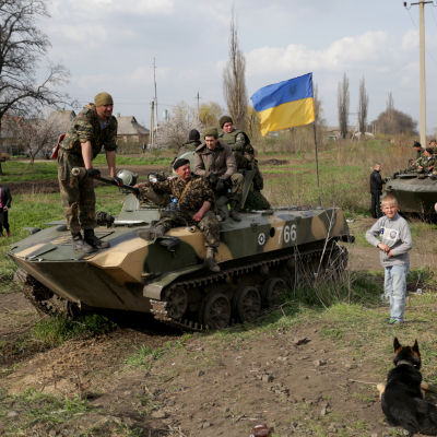 Ukrainska soldater sitter på deras pansarfordon i Kramatorsk, Ukraina.