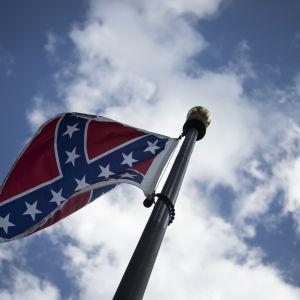 Sydstatsflaggan. I den amerikanska delstaten South Carolina vill guvernören sluta använda sydstatsfalaggan i officiella sammanhang - efter skjutningen i Charleston.