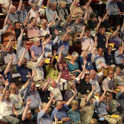 Den anglikanska kyrkan i Storbritannien röstade för att tillåta kvinnliga biskopar