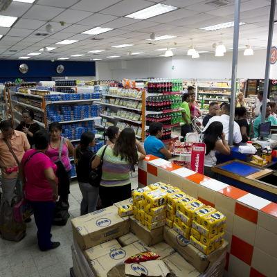 En kö i en venezuelansk matbutik den 3 februari 2015.