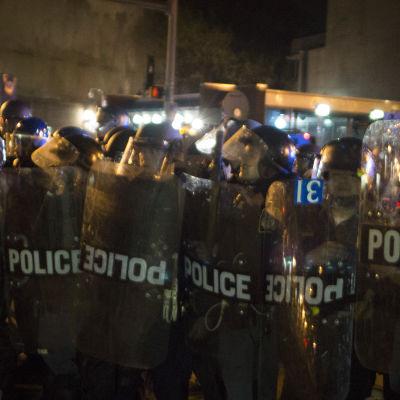 Polisen i Baltimore övervakar utegångsförbudet efter häftiga kravaller i staden.
