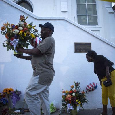 Blommor placeras ut utanför kyrkan i Charleston.