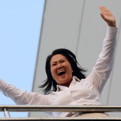 Keiko Fujimori vinkar till sina anhängare från en hotellbalkong i Lima på söndagen 10.4.2016